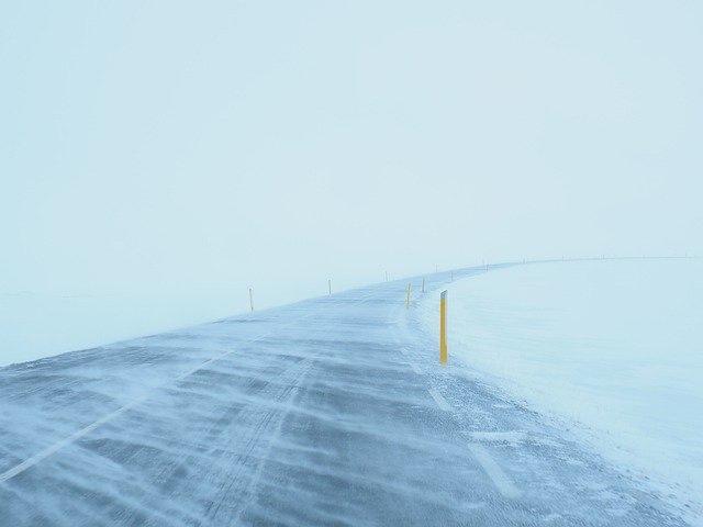 んんんんん、無理、道路も大雪・凍結で車を動かせない